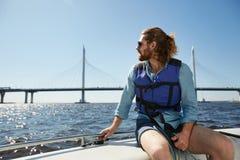 Grabb som beundrar waterscape royaltyfri foto