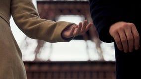 Grabb som bryter älska flickvänhjärta, genom att lämna, slut av förhållandet, skilsmässa stock video