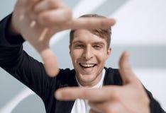 Grabb som gör en ram ut ur hans händer arkivfoto
