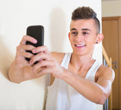 Grabb som gör selfie på smartphonen Royaltyfria Bilder