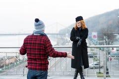 Grabb som hitintills försenas Kvinnashower till klockor på armen Manspridning hans armar Försenat daterat på bron royaltyfri bild