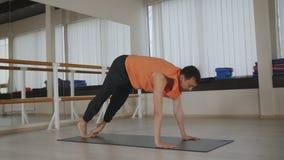 Grabb som inomhus gör yoga nära en spegel, sunt begrepp för livsstil arkivfilmer