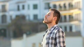 Grabb som kopplar av andas ny luft i en stad lager videofilmer
