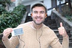 Grabb som lyssnar till den stereo- kassettwalkmannen i 80-tal eller 90-tal Fotografering för Bildbyråer