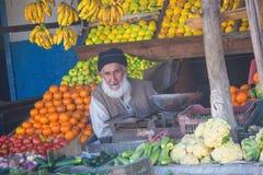 Grabb som säljer frukt i marknad Fotografering för Bildbyråer
