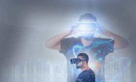 Grabb som ser till och med VR-virtuell verklighetexponeringsglas Fotografering för Bildbyråer