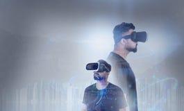 Grabb som ser till och med VR-virtuell verklighetexponeringsglas Arkivbilder