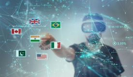 Grabb som ser till och med VR-virtuell verklighetexponeringsglas - indisk flagga Arkivfoton