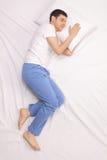 Grabb som sover på en bekväm säng royaltyfri bild