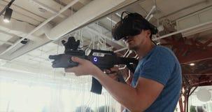 Grabb som spelar VR-prickskyttleken med vapnet och exponeringsglas stock video