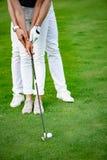 Grabb som undervisar hans flickvän att spela golf Royaltyfria Foton