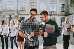 grabbar Böcker Stå i universitet god mood arkivfoto
