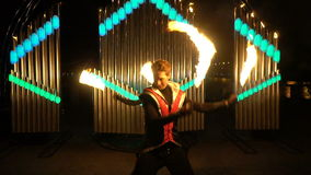 Grabbar i dräktdans med brandpinnar lager videofilmer
