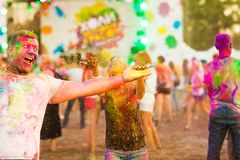 Grabbar med en flicka firar holifestival royaltyfri fotografi