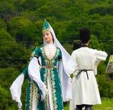 Grabbar och flickadansare i traditionella Adyghe klär Arkivbilder