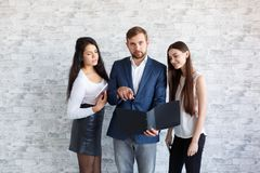 Grabbar och två flickor, blick på dokumenten i en mapp arkivbild