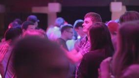 Grabbar som har gyckel och att utföra galen dans på nattklubben som festar stock video