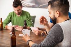 Grabbar som hemma spelar poker Fotografering för Bildbyråer