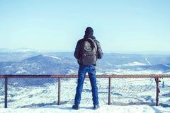 Grabben är i bergen i vintern Royaltyfria Foton