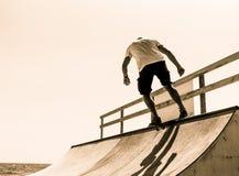 Grabben åker skridskor på en ramp trick Royaltyfri Foto