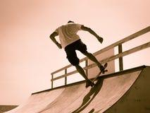 Grabben åker skridskor på en ramp trick Royaltyfri Bild
