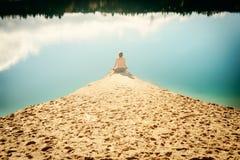 Grabben öva asanas på yoga i harmoni med naturen Arkivfoto
