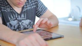 Grabben använder hans minnestavla för att shoppa lager videofilmer