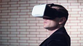 Grabben använder VR-exponeringsglas i kafét stock video