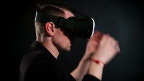 Grabben använder VR-exponeringsglas i kafét arkivfilmer