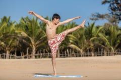 Ockupationar vid yoga på en strand Arkivbilder