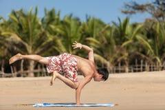 Ockupationar vid yoga på en strand Royaltyfria Foton