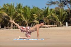 Ockupationar vid yoga på en strand Royaltyfri Fotografi
