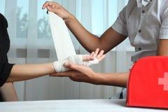 Grabben förbinder handen för flicka` s arkivfoto
