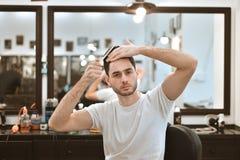 Grabben gör hans eget utforma för hår Frisyr i barbercoshen Royaltyfri Foto