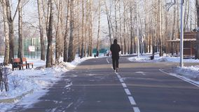 Grabben gör joggar till och med parkerar stock video
