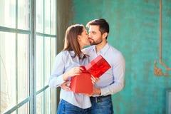 Grabben ger en gåvaask till hans flickvän arkivfoton