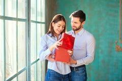 Grabben ger en gåvaask till hans flickvän royaltyfri foto