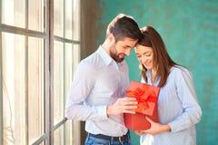 Grabben ger en gåvaask till hans flickvän royaltyfria bilder
