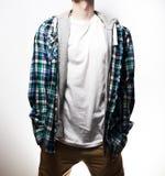 Grabben, hipster i den svarta t-skjortan, plädblått, skjortamellanrum, arkivbild