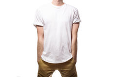 Grabben i den svarta t-skjortan, mellanrum som ler på en vit backgrou royaltyfri bild