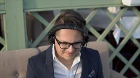 Grabben i hörlurar tycker om musik stock video