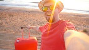 Grabben i hatt får en selfie under hans semester på havet stock video