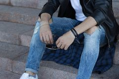 Grabben i jeans rymmer exponeringsglas handen för man` s rymmer exponeringsglas Royaltyfri Foto