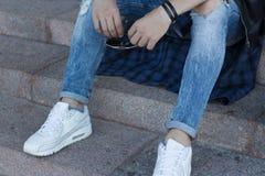 Grabben i jeans rymmer exponeringsglas handen för man` s rymmer exponeringsglas arkivfoto