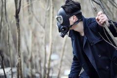 Grabben i laget och gasmasken Stolpe-apokalyptisk stående av A Royaltyfria Bilder