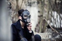 Grabben i laget och gasmasken Stolpe-apokalyptisk stående av A Fotografering för Bildbyråer