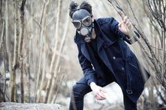 Grabben i laget och gasmasken Stolpe-apokalyptisk stående av A Royaltyfri Foto