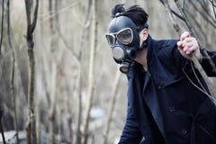 Grabben i laget och gasmasken Stolpe-apokalyptisk stående av A Royaltyfri Bild