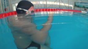 Grabben läser en undervattens- elektronisk bok arkivfilmer