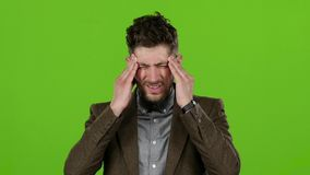 Grabben lider, hans huvudmen, honom är trött grön skärm långsam rörelse lager videofilmer